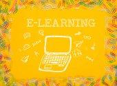 Tažené přenosný počítač s aplikací word E-learning
