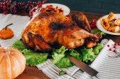 Pečené Turecko na dřevěný stůl
