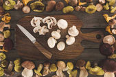 prkénko s nožem a nakrájíme houby