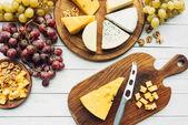 Různé typy sýrů a hrozny