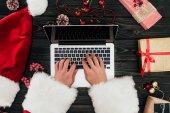 Santa claus pomocí přenosného počítače