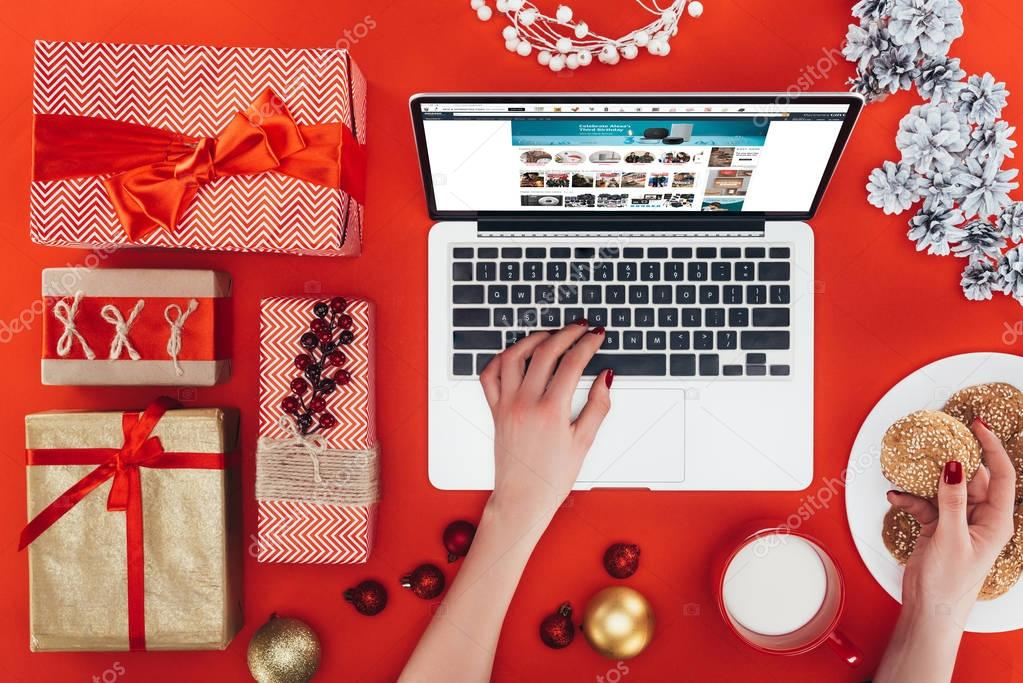 laptop and christmas gifts