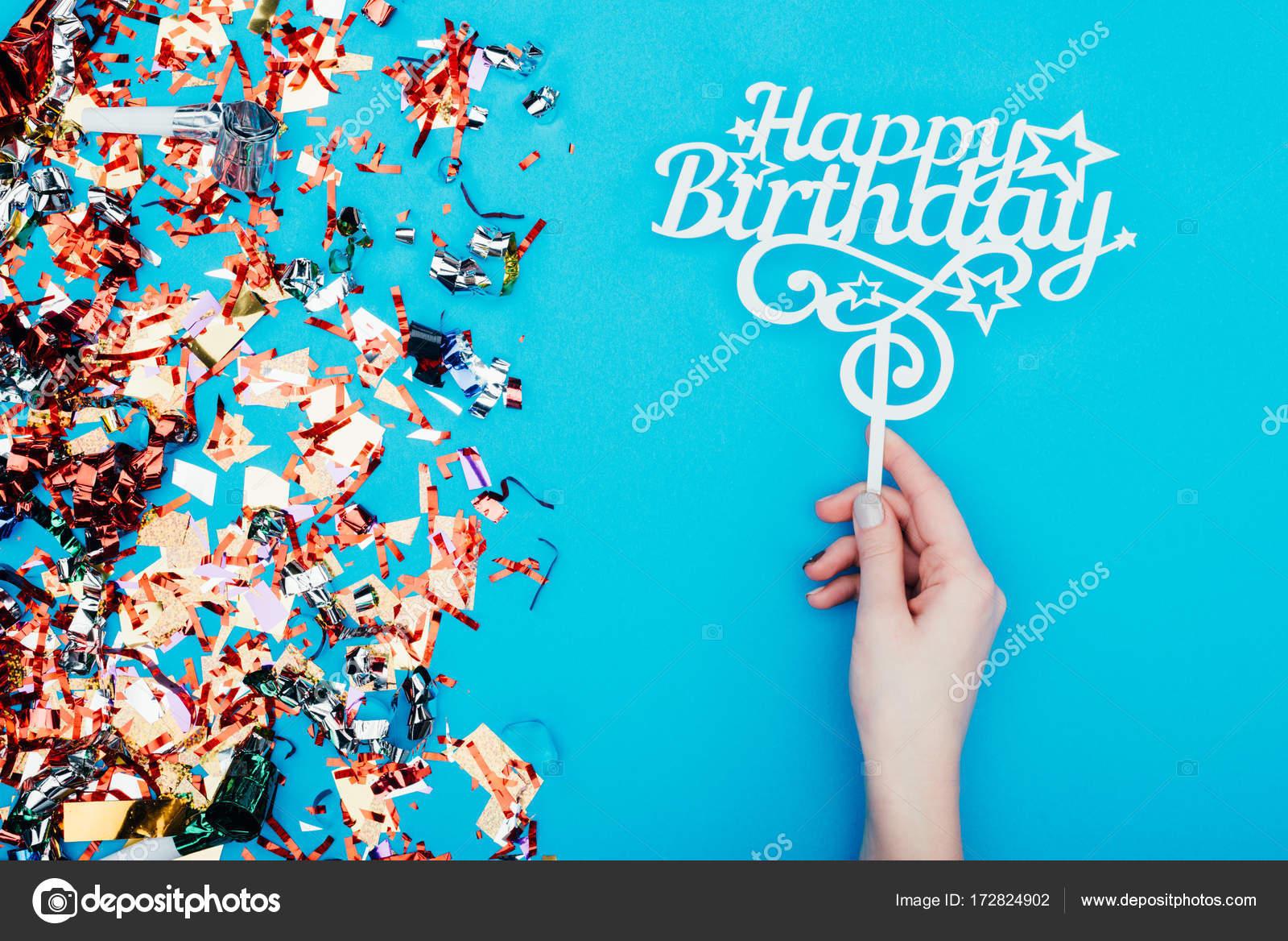 Zeer vrouw bedrijf gelukkige verjaardag teken — Stockfoto &HB93