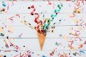 konfety rozlévají oplatkovém kornoutku