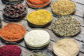 Fényképek üveg-tálak a különböző színes fűszerek