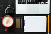Fotografie laptop, kreditní karty a dárkové