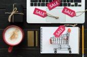Fényképek laptop, hitelkártya és eladó Címkék