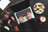 Nakupování online s notebookem