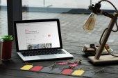 Laptop mit Airbnb-website