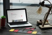 laptop-val airbnb honlapján
