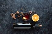Fotografie Flasche Wein und Glas mit Glühwein