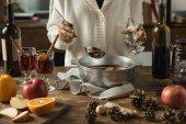 nő szakadó házi készítésű forralt bor