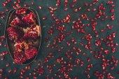 Fotografie kousky granátového jablka v kovové misce