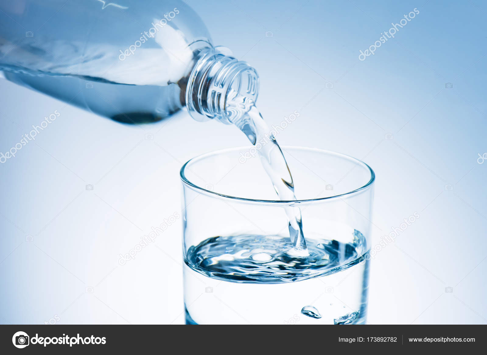 Su dökme — Stok fotoğraf