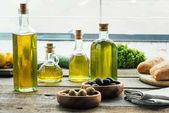 Fotografia bottiglie di olio di oliva con le verdure