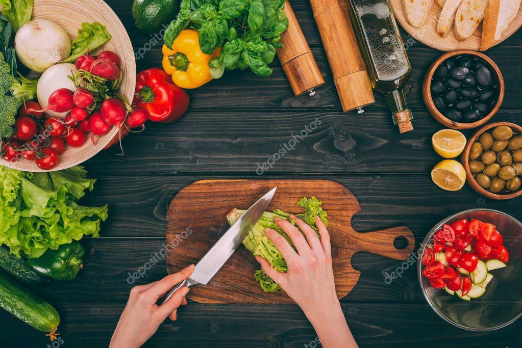 hands slicing salad