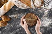 ruce s domácím chlebem
