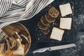Toast mit Butter und Mehrkornbrot