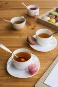 čajový set a macarons
