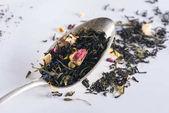 bylinkový čaj a lžíce