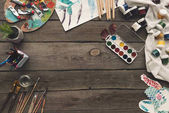 Fotografia tavolo in legno con pitture e disegni