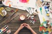 Maler sitzt am Arbeitstisch