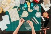 Fotografia immagine potata di progettazione prendendo paillettes per la decorazione della cartolina di scrapbooking