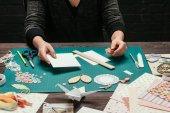 immagine potata di progettazione che tiene foglio di carta per cartolina handmade scrapbooking