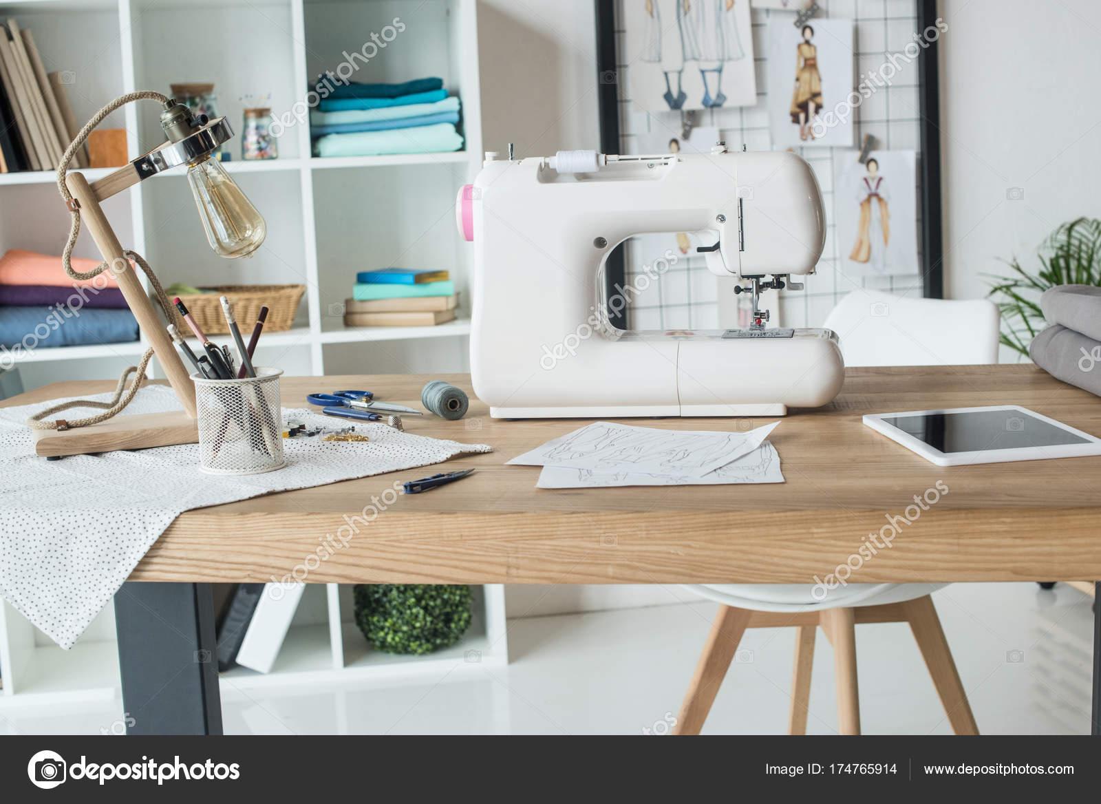 Lavoro sarta con macchina cucire sul tavolo foto stock vadimvasenin 174765914 - Tavolo con macchina da cucire ...
