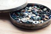 Fotografia molti pulsanti nella casella di cerchio sopra fondo di legno