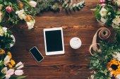 felülnézet, digitális eszközök és kávé papírpohár asztal fából készült virágüzlet