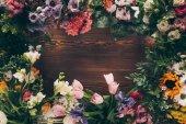 a fából készült asztal váz, színes virágok felülnézet