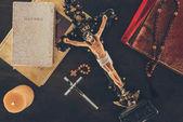 Fotografie pohled shora na kříž s Ježíšem a Bible na dřevěný stůl