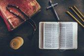 a táblázat a kereszt a nyitott Biblia és a rózsafüzér felülnézet