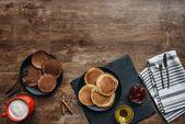 pohled shora na chutnou snídani palačinky a kávu na dřevěný stůl