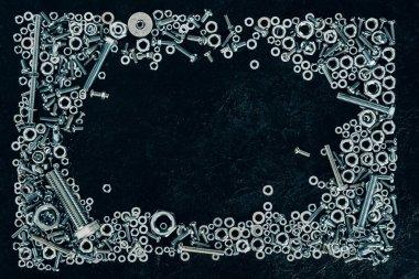 düz lay ile düzenlenmiş metal vida ve sıkıştırıcılar kopya alanı karanlık yüzeyi ile