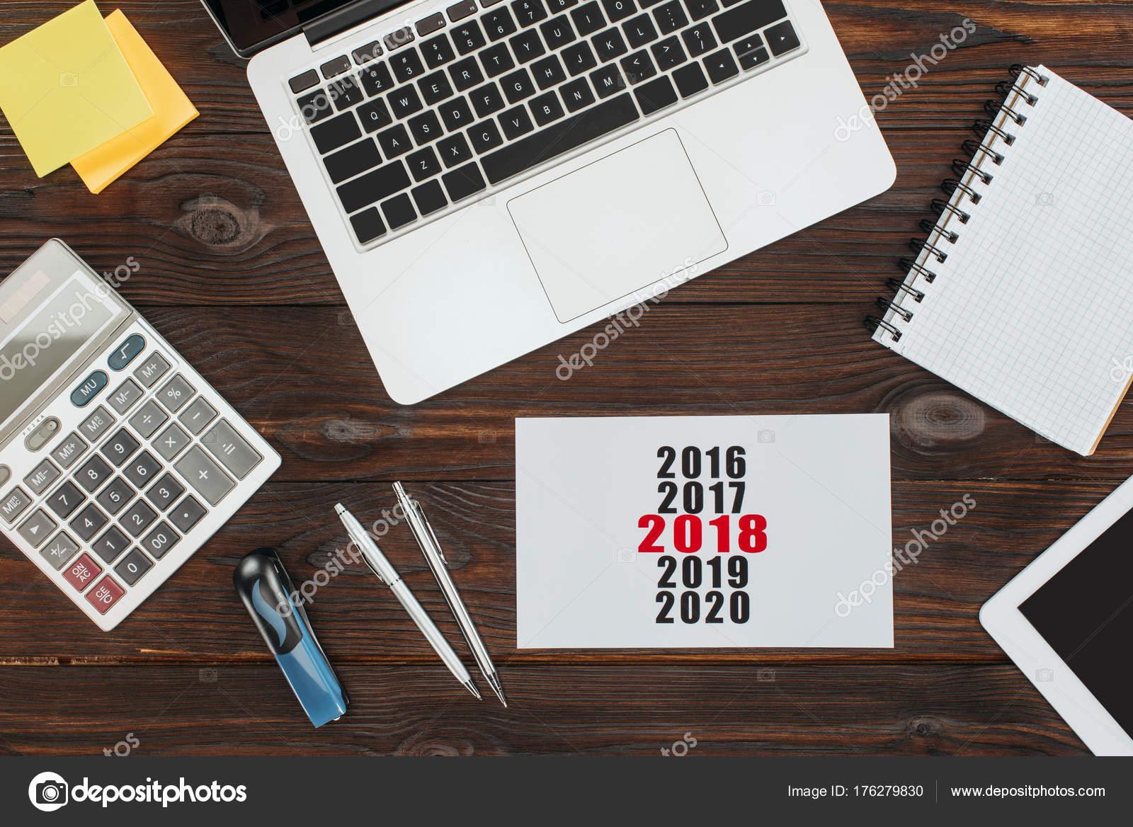 bovenaanzicht van digitale apparaten kantoorartikelen 2018 kalenderbovenaanzicht van digitale apparaten kantoorartikelen 2018 kalender houten oppervlak \u2014 stockfoto