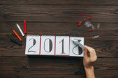 Fényképek vágott lövés a nő könnyezés naptár része 2018 éves mint háttér sötét fa felülettel