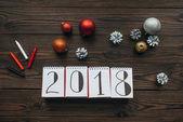 byt ležel s 2018 kalendář, tužky a vánoční hračky na dřevěný povrch