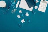 Fényképek felülnézete a kék gyűrött papír, számológép és irodaszerek