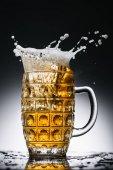 kifröccsenésekor friss világos sör, pohárba, a fekete-fehér