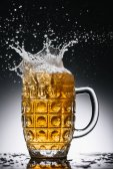 postříkání alkoholu piva v hrnek studené světlo