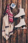 kupa és pár korcsolyát kopott falon lógó pulóver