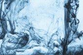 Fotografia Priorità bassa con i turbinii di vernice blu in acqua