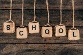 Pohled shora abeceda kostky s slovo školy na dřevěné pozadí