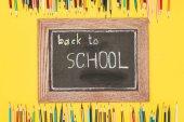 Vissza, hogy iskola felirat, ceruza kréta fórumon felülnézet