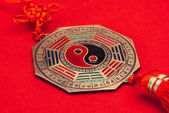Fotografie close-up shot of traditional chinese yin and yang talisman on red surface