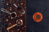 felülnézet, pörkölt, lapát, kávé pot, kávé hamisíthatatlannak és csésze kávé, fekete