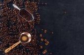 felülnézet rendezett kávé sörgyár, fém lapát és pörkölt sötét felületre