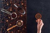 csésze kávé és pörkölt kávé bab, kávé pot, a kanál és a cukorral, a személyi részleges megtekintése